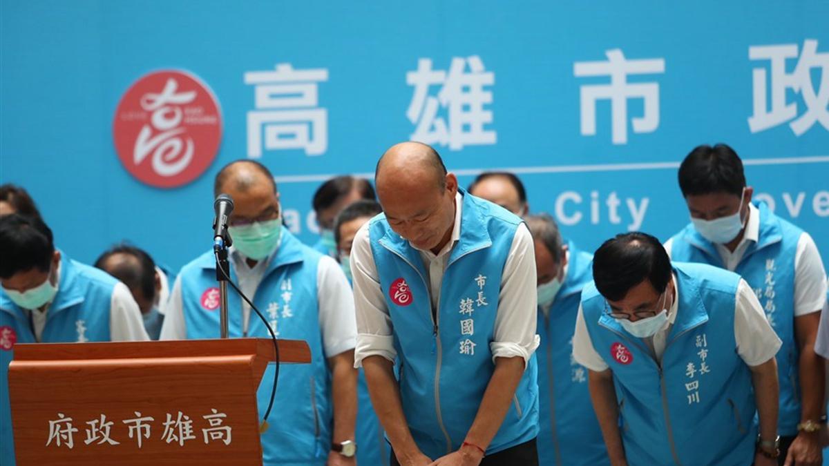高雄市長韓國瑜罷免案6日下午結果出爐,確定罷免成功。韓國瑜傍晚率市府團隊出面鞠躬感謝高雄市民。(中央社)