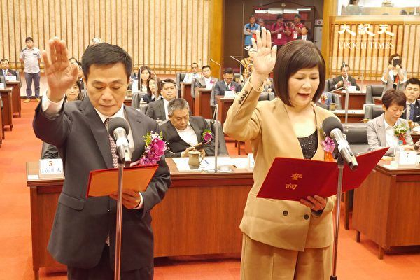 圖為2018年高雄市議長許崑源(左)和副議長陸淑美(右)宣誓就職之資料圖片。(方金媛/大紀元)