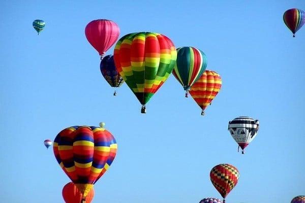 美國德州中部30日發生熱氣球墜毀事件造成16人死亡。熱氣球是近年熱門的觀光設施,卻也發生不少致命意外。此為示意圖。(圖取自Pixabay圖庫)