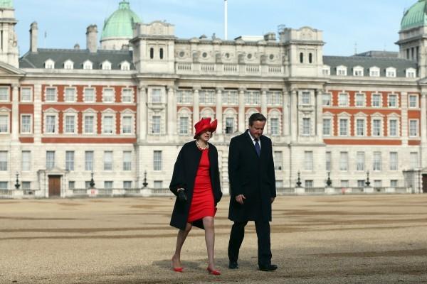 英國無預警推遲中法投資核電廠計劃。圖為前任首相卡梅倫及現任首相文翠珊。(Carl Court/Getty Images)