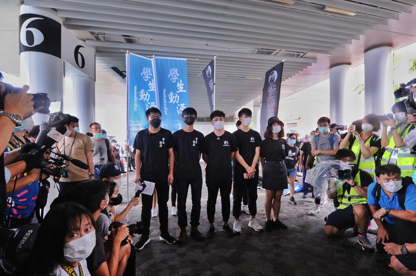 學生組織「學生動源」及「香港思流」在尖沙咀碼頭擺街站。(宋碧龍/大紀元)