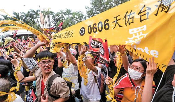 █ 台灣高雄市長韓國瑜確定被罷免,罷韓總部外6月6日傍晚群情激昂,民眾開 心拉起民主黃絲帶並熱情歡呼。( 中央社