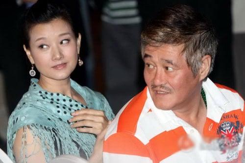 近日,親北京媒體曝被趙本山「潛規則」八女星,其中宋祖英最引人關注。近年來,中共官媒多次曝宋、趙曖昧關係。圖為趙本山與江澤民姘頭宋祖英的合影。(網路圖片)