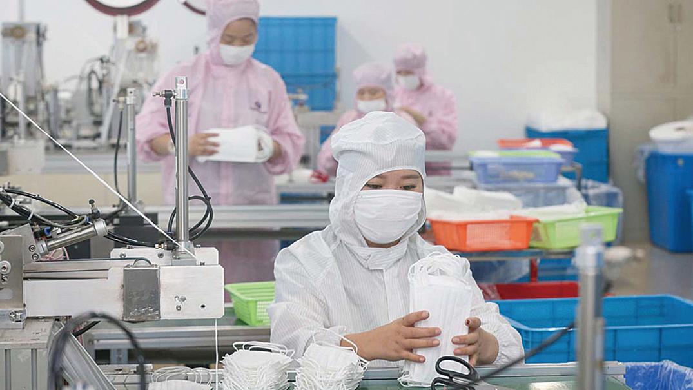 圖為中國江蘇一家生產口罩的工廠。(STR/AFP via Getty Images)