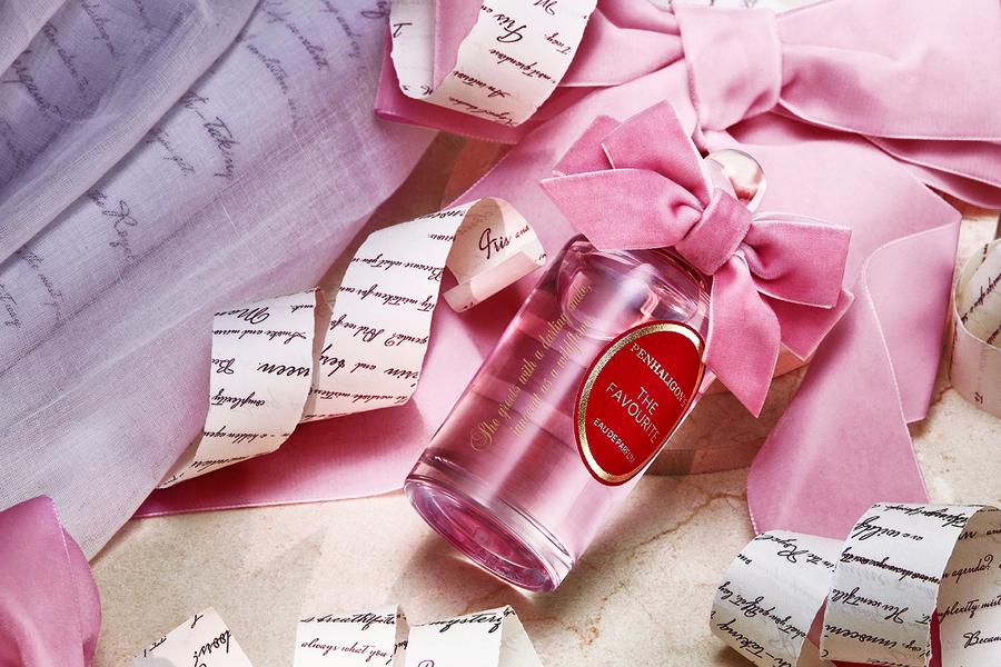 粉紅絲絨蝴蝶結襯托百年品牌花果馨香