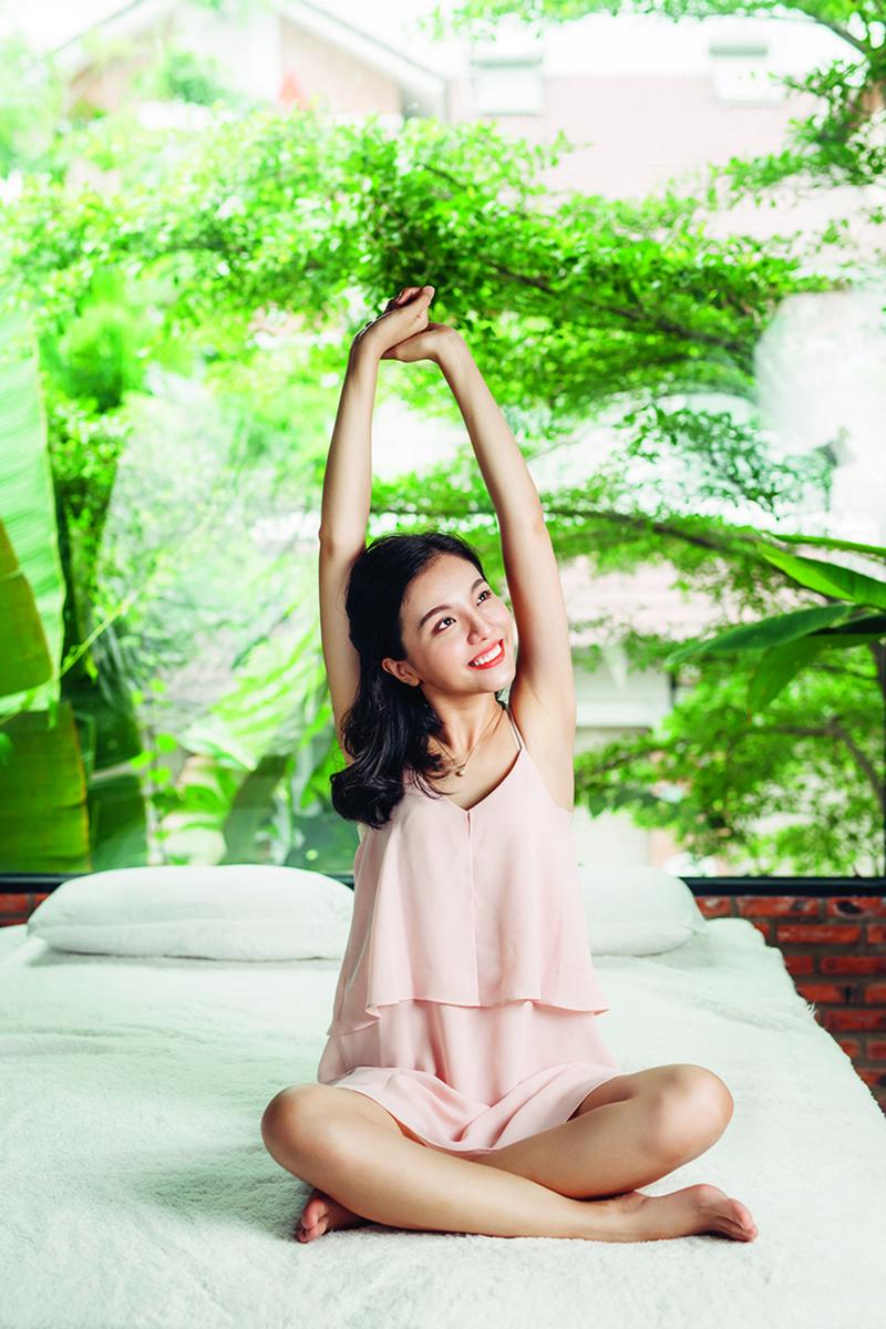 剛睡醒的時候,會想要做出伸懶腰的動作,這是因為我們自然地想要讓身體歸位。(Fotolia)