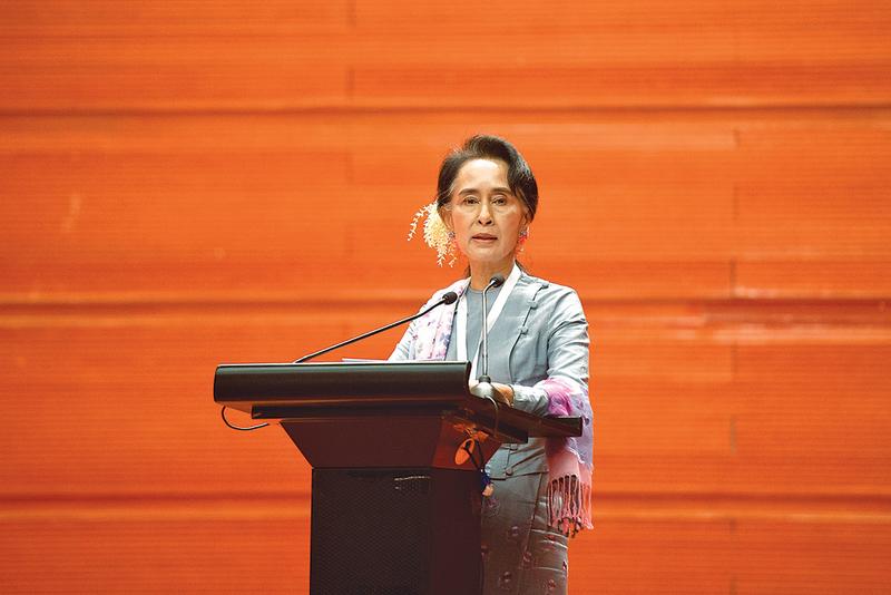 緬甸全國和平政治對話1月12日在首都內比都召開,昂山素姬在會議上承諾,將利用人民對她所領導政黨的託付,推動緬甸和平進程。(AFP)