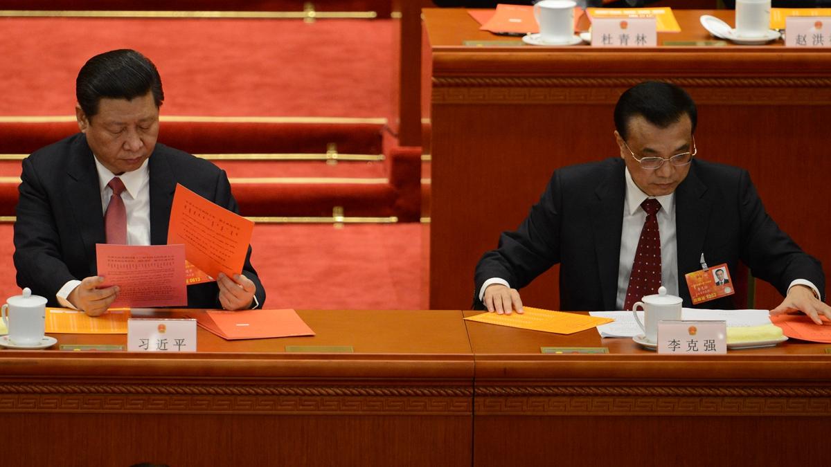 李克強的說法被輿論形容為兩會的「核彈級」消息,隨後,李給習寫的「檢討信」熱傳。(GOH CHAI HIN/AFP/Getty Images)