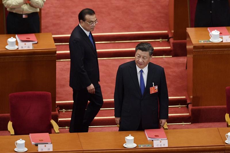 李克強總理的「地攤經濟」,剛推出一周就被叫停、砸爛,顯示習李之爭已擺上枱面。(NICOLAS ASFOURI/AFP via Getty Images)
