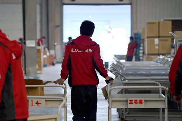 中國互聯網企業京東赴港二次上市,於6月8日通過聆訊開始招股。圖為京東員工。(AFP)