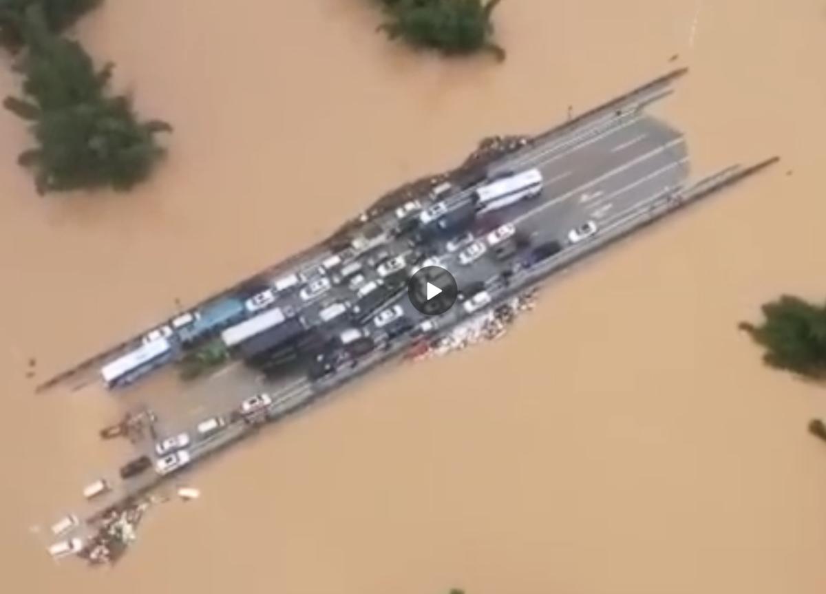 廣西桂林陽朔甲秀橋的兩段都在洪水中「大橋變孤島」。(網絡圖片)