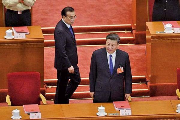 李克強總理的「地攤經濟」,剛推出一周就被叫停、砸爛,顯示習李之爭已擺上檯面。(AFP)