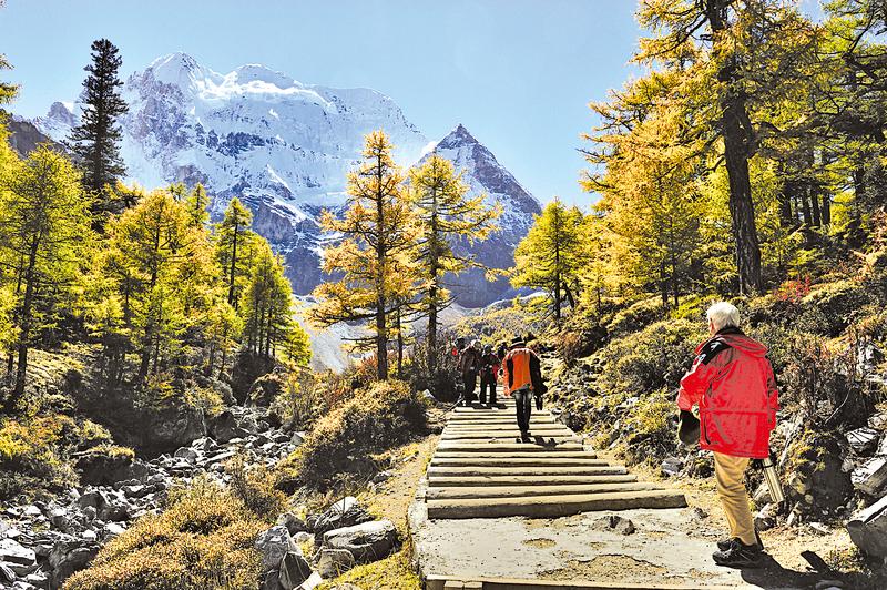 從西藏到尼泊爾一側的喜馬拉雅山脈冰川表面積在過去40年間已經縮小近30%。圖為地處青藏高原東南部的甘孜藏族自治州。(大紀元資料庫 )