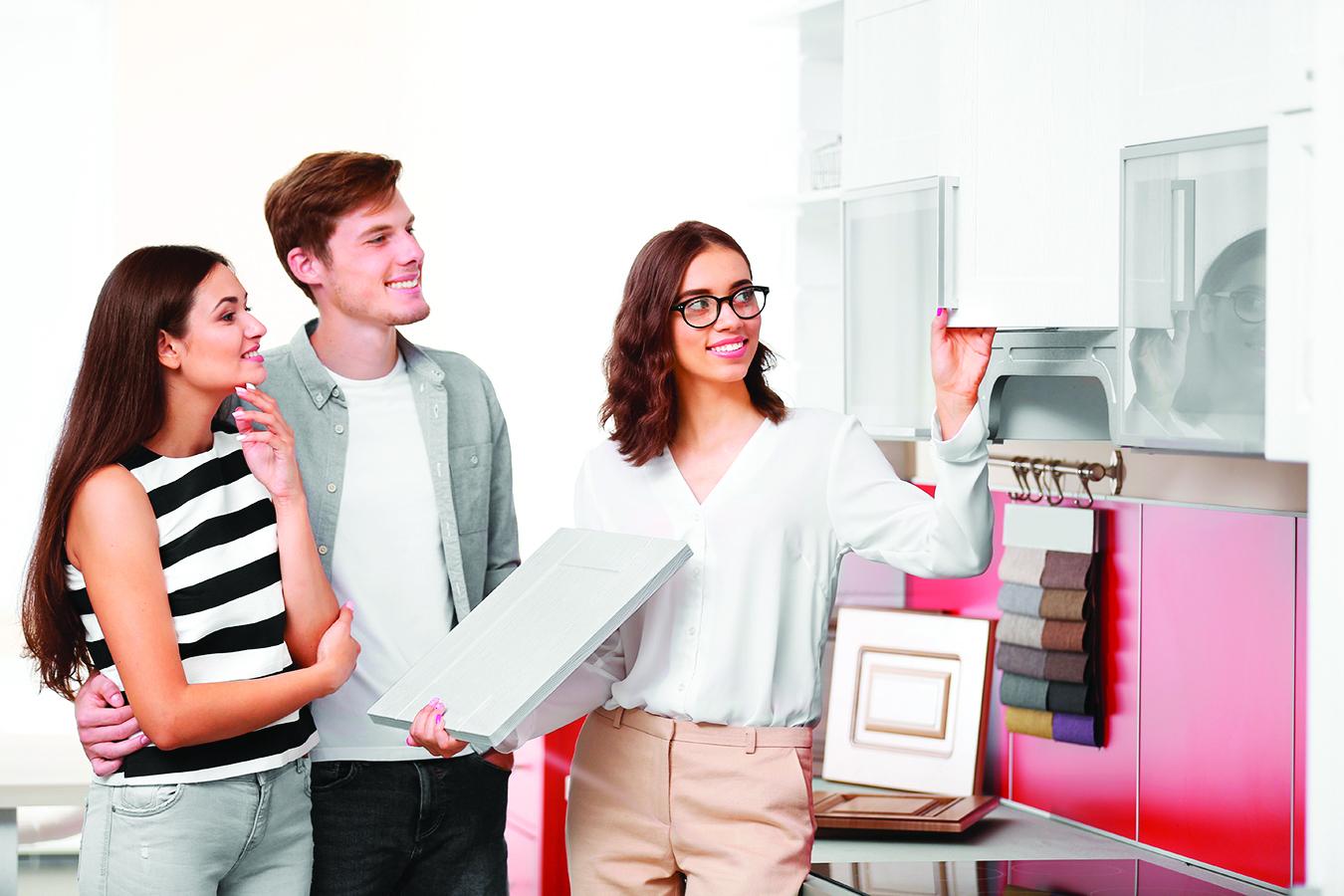 聘請廚房設計公司還是建築師? 大多數廚房設計師都是各自領域的專家,他們具有最新的產品知識和設計能力,也清楚廚房佈局的概念。選擇一個有室內設計經驗的廚房設計師,可以讓你獲得一個完備的方案。 而建築師由於其專業領域較廣,通常會著重於更大的圖景,包含建築設計的藝術和科學性。如果你有一個開放式廚房,並且也打算翻修家中的其它房間和區域,那麼與建築師進行初步的諮詢也許是值得的。 其實,即使是一次性的廚房裝修,請一位建築師也不失為一個好主意。建築師的設計不是千篇一律的,他們沒有銷售特定產品的壓力,因此可能可以提供你更好的設計方案。 有些廚房設計師受僱於廚房製造公司,因此你也可以通過廚房製造公司預約他們的服務。廚房製造公司通常會有最新的材料、飾面、佈局創意和調色板,但一旦你選擇了特定的公司,你就只能購買那家公司提供的產品。 在面見設計師時,客戶通常會被要求交納少量費用,如果你繼續與之合作,這將是廚房費用的一部份。這通常只是設計的服務費,不包括建造時的費用。 另外,也有許多廚房設計師是獨立作業的,他們也可以提供全套服務。廚房設計師的工作不是依樣畫葫蘆,而是要創造一個超越客戶想像,且獨具匠心的訂製廚房。 客戶最喜歡的往往是最終設計中那些與眾不同的獨特之處。廚房設計師會提供包括完整說明在內的整套工作圖紙和所有文檔,之後,任何想承接裝修的人都可以依此報價。 優秀的設計師除了提供實用的設計解決方案和無壓力的翻新體驗外,還能幫助客戶避免代價高昂的錯誤。 比如,客戶可能沒有意識到,二元聚氨酯面漆(烤漆)的櫃門對有幼兒的家庭來說可能不是最好的選擇。尤其如果櫃門總是被敲擊,其表面易花且門邊容易崩裂。◇