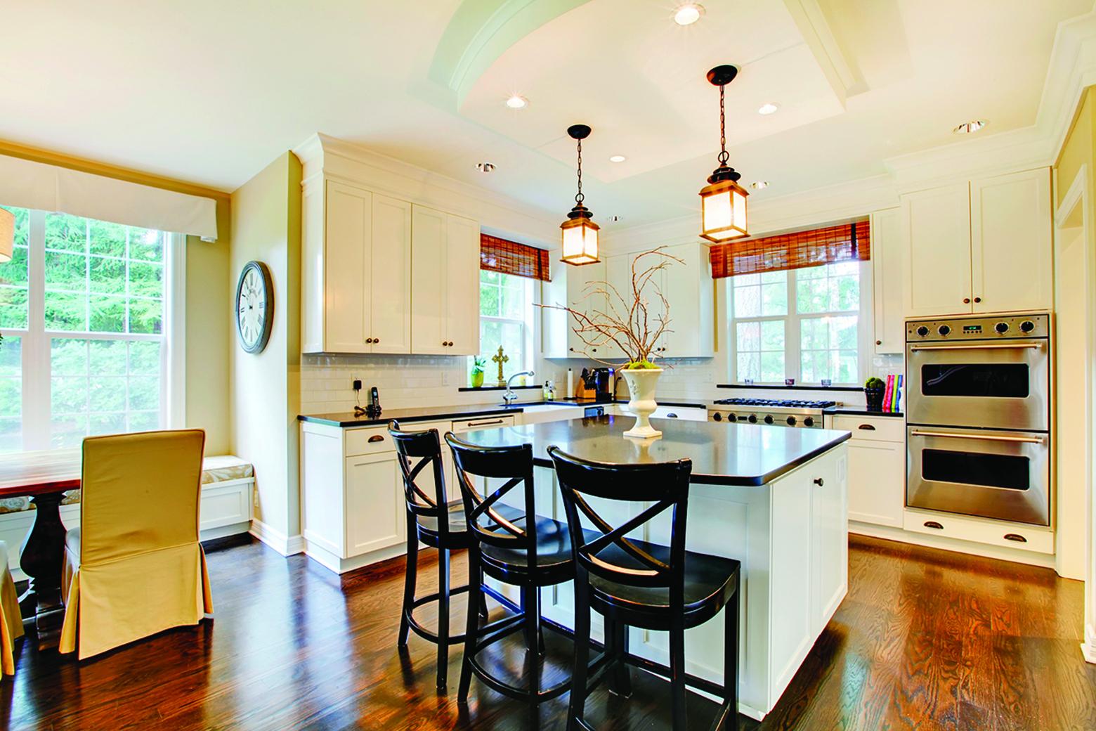 選擇一個有室內設計經驗的廚房設計師,可以讓你獲得一個完備的方案。  如果你有開放廚房,也打算翻修家中的其它地方,那也可以找建築師諮詢。