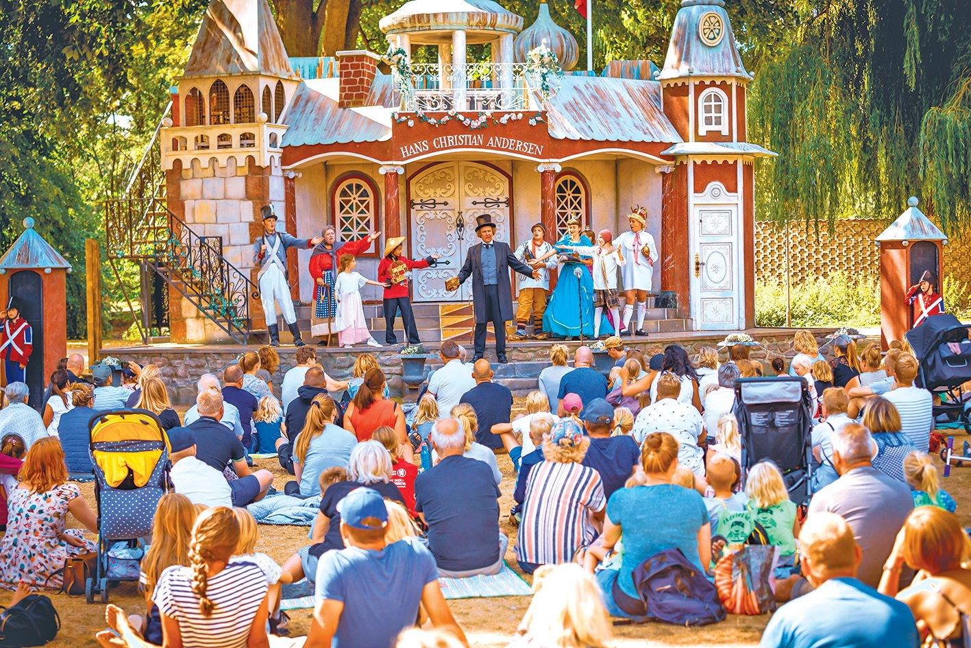 夏季裏,露天舞台每日上演安徒生的童話故事。