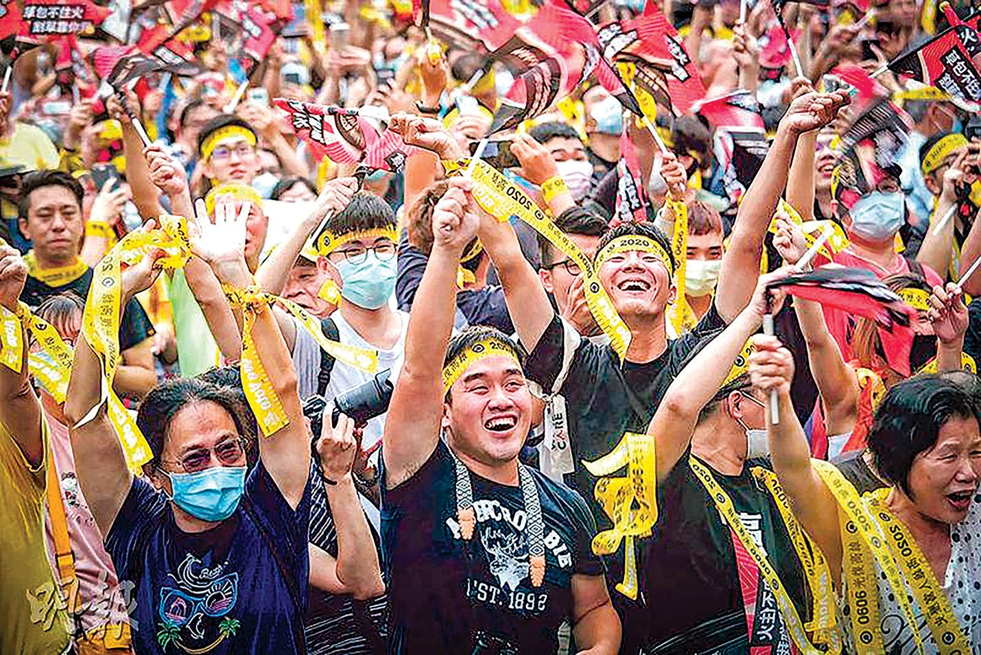 6月6日,罷免高雄市長韓國瑜的投票結果出爐後,在罷韓總部外的民眾,歡呼慶祝罷韓成功。(中央社)