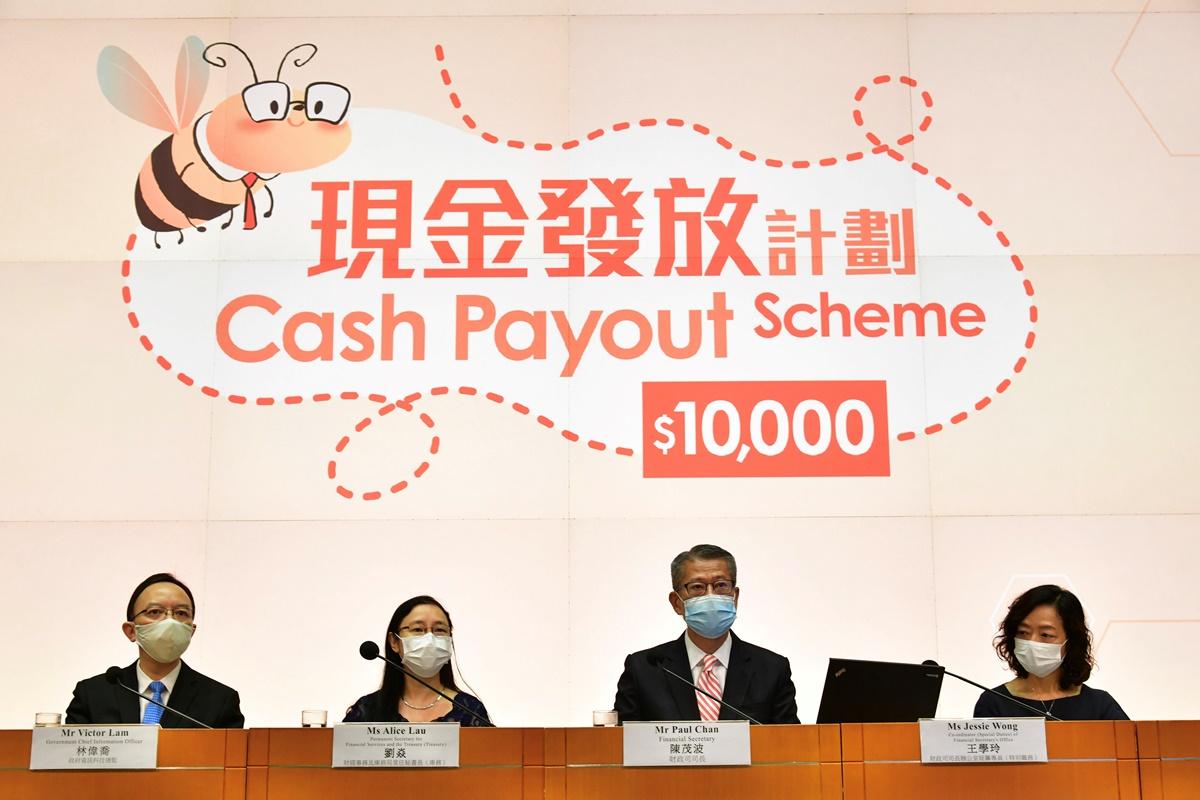財政司司長陳茂波(右二)昨日表示,宣佈向每名年滿18歲香港永久性居民發放1萬元的計劃,21日開始接受登記。(政府新聞處)