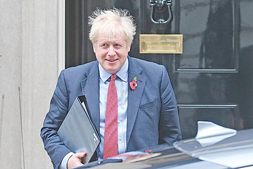 英國首相約翰遜(Boris Johnson)透露,若中共執意推行「港版國安法」,英國將放寬港人護照效力,甚至這可讓他們為取得英國公民權鋪路。(AFP via Getty Images)