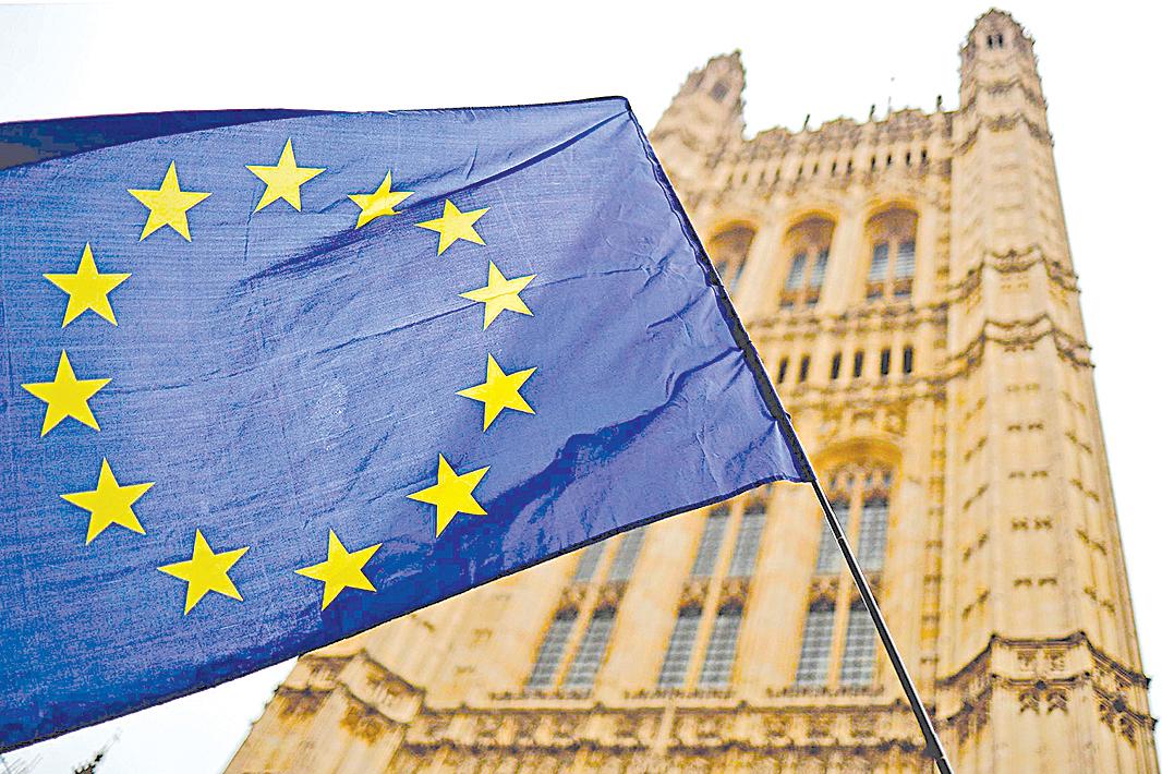 歐盟取消了今年9月的中歐峰會,圖為歐盟旗幟。 (TOLGA AKMEN/AFP via Getty Images)