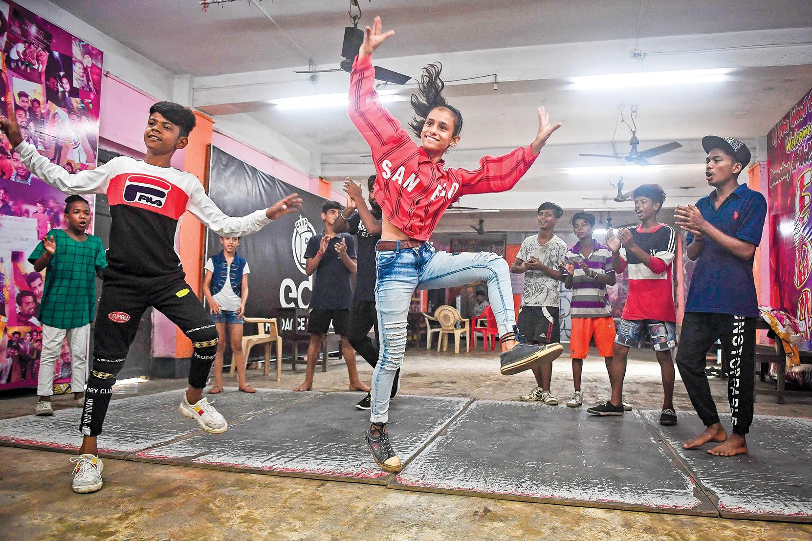 t TikTok用逗樂子的手法營造「認知輕鬆度」,使用者會毫不懷疑地接受所有被灌輸的內容。圖為一群印度年輕人在TikTok平台錄製網絡流行視頻。(DIBYANGSHU SARKAR/AFP via Getty Images)