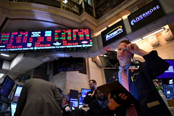 美國近日宣佈經濟進入衰退,經濟學家說,今年第二季度,美國國內生產總值或下跌20%。世界銀行預計,今年全球經濟會下降5.2%。這是繼第二次世界大戰後最嚴重的經濟衰退。圖為:美國股市一景(getty image)