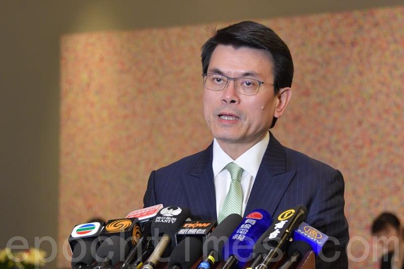 捲入香港電台風波的商經局局長邱騰華,民望創其上任以來新低。(大紀元資料圖片)