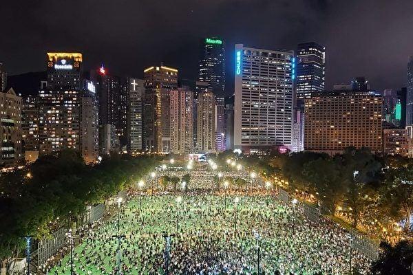 2020年6月4日,維園燭光悼念「六四」,成千上萬的香港市民無懼警方的禁令,前來參加紀念活動。(宋碧龍/大紀元)