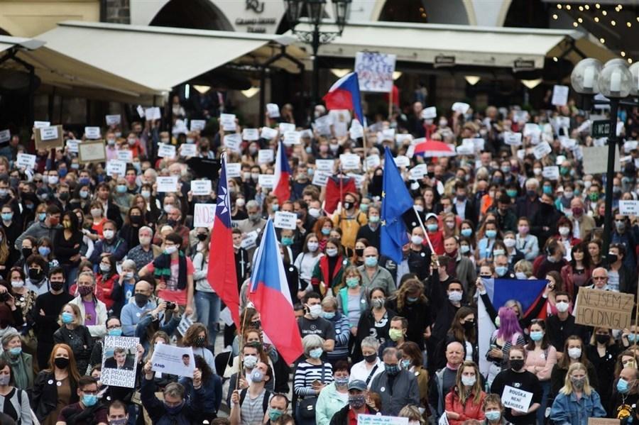 布拉格民衆集會 抗議政府親共 支持議長訪台