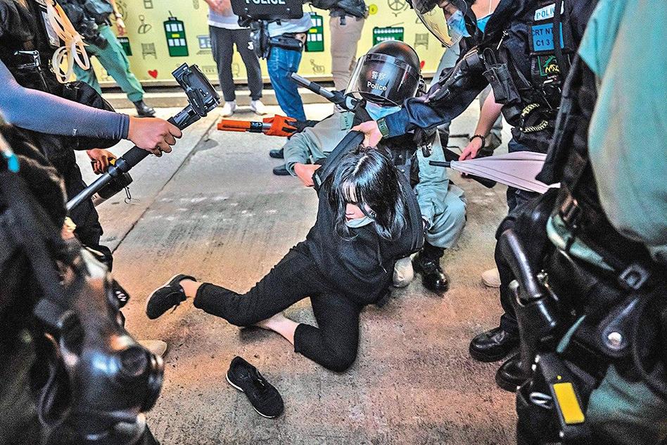 一名女子被警方逮捕。(Getty Images)