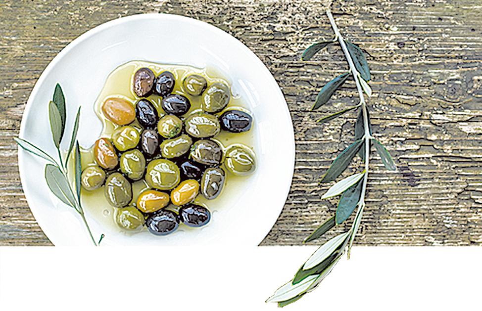 圖為油漬橄欖與橄欖枝,數千年前,橄欖就是希臘人重要的作物。(istock)