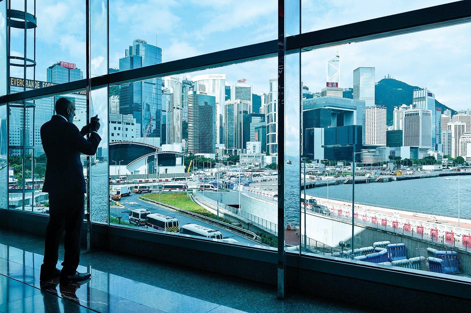 香港有很多從大陸來的商人,現在正把一部份資產轉移出香港。圖為香港的一處繁華街景。(Getty Images)