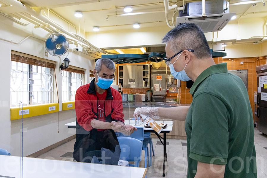香港耀能協會的住宿服務單位在疫情下在飯堂加強防護措施,助舍友防疫。(陳仲明/大紀元)