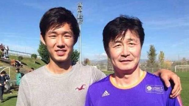足球名將郝海東和兒子郝潤澤。 ( 網絡圖片)