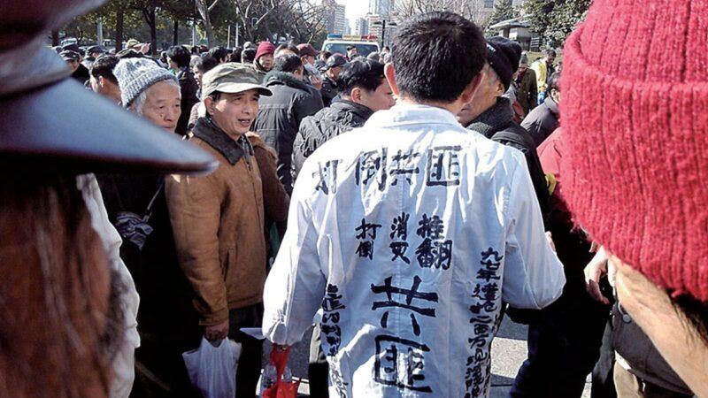 圖片上海訪民宮敏賡穿白色狀衣維權,寫著「打倒、推翻、消滅共匪」。(當事人提供圖片)
