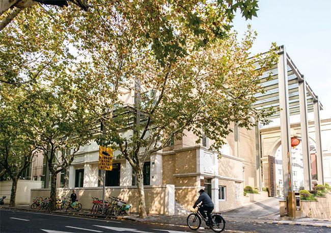 何志平獄中求助中央,並提及「上海方面」的協助。而華信能源起家於江澤民的老巢上海。圖為位於上海徐匯區的中國華信公司總部大樓。(大紀元資料室)