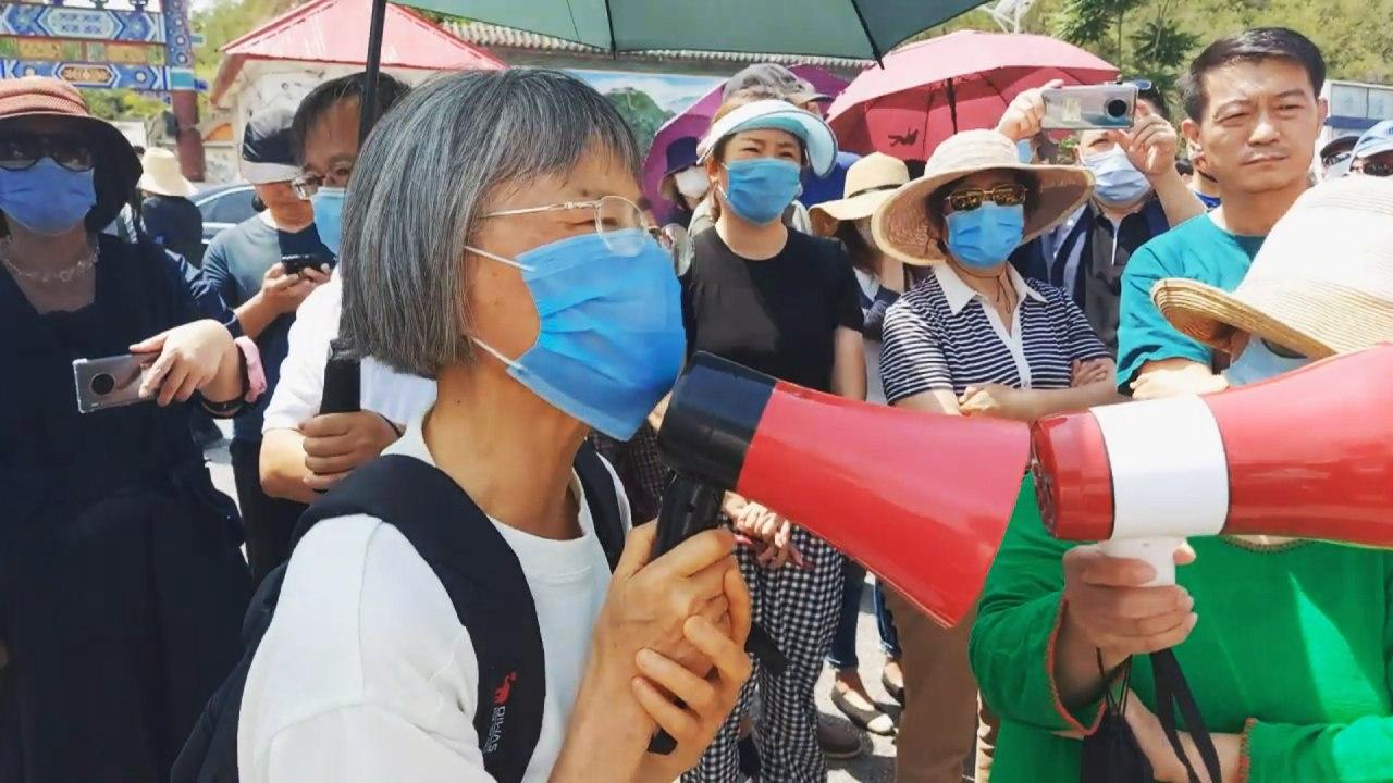 北京昌平地區一名七旬老人在集會現場講述為抵制北京當局強拆抗爭了147天。(受訪者提供)