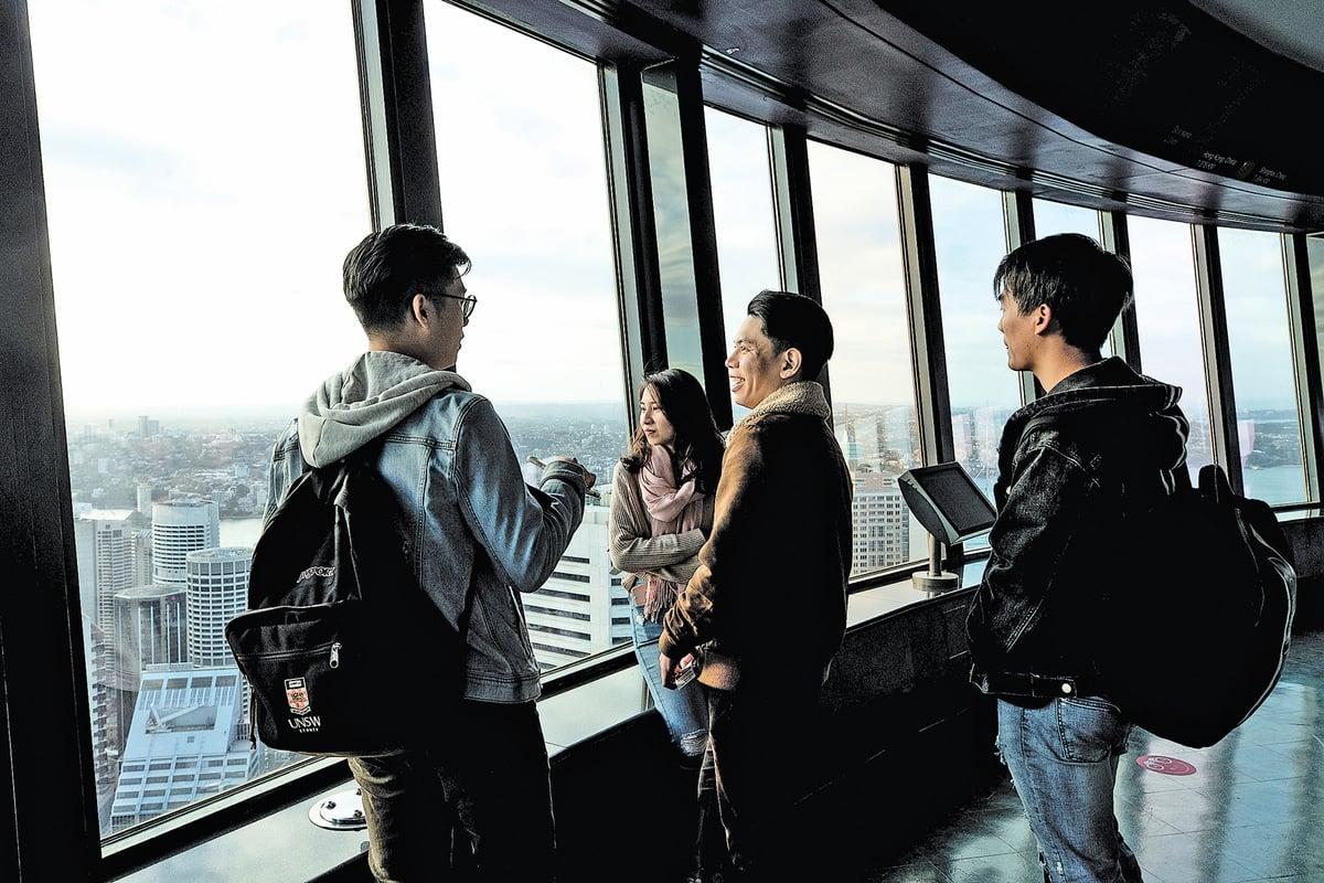 6月4日,澳洲悉尼著名景點悉尼塔(Sydney Tower)內的遊客。(Getty Images)