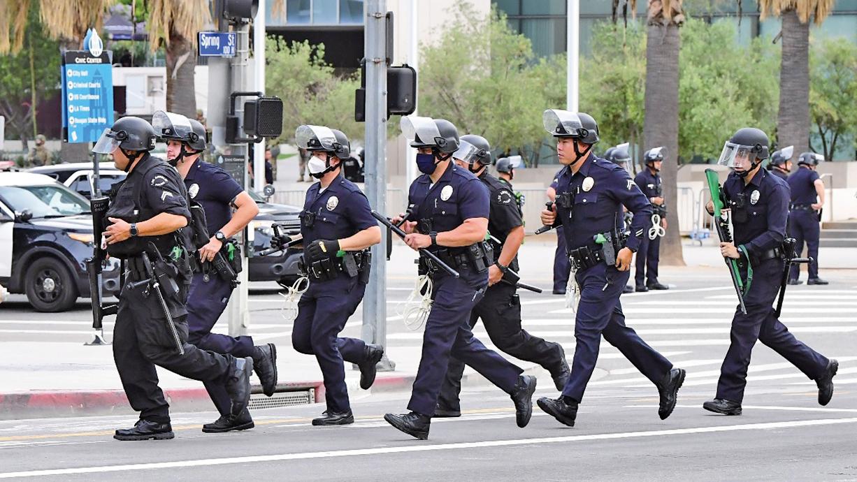 6月1日,洛杉磯警察在街頭執行任務。(AFP)