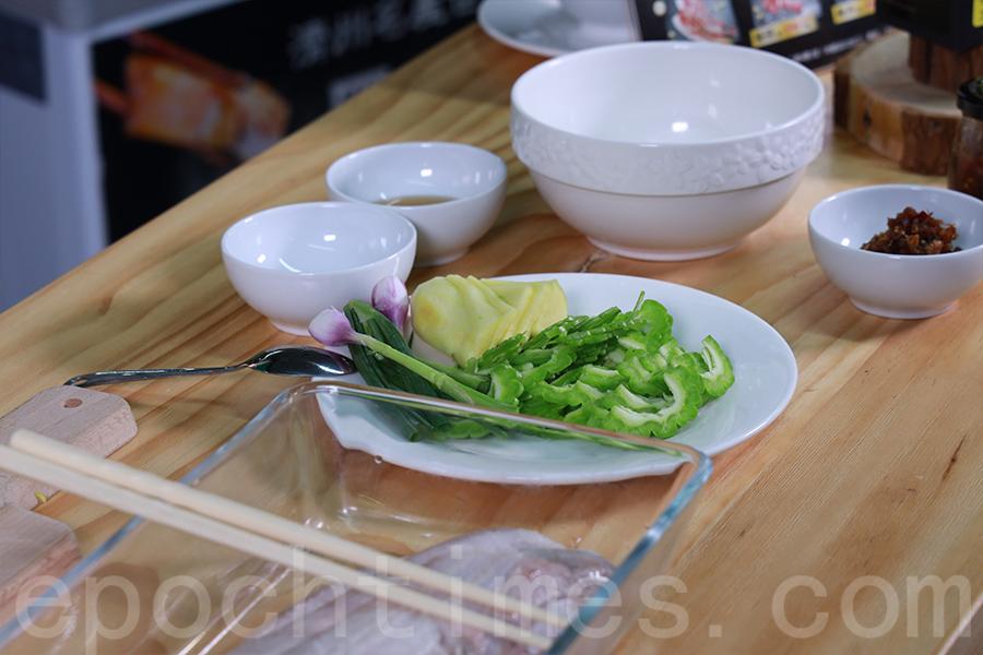 菜式中加入苦瓜涼拌,適合夏日食用。(陳仲明/大紀元)