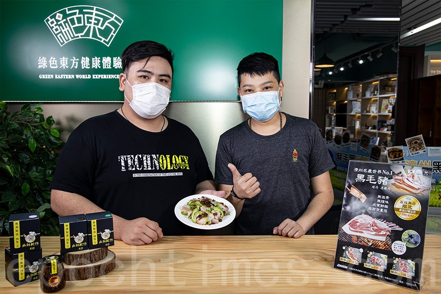 「麻辣肥仔」品牌創辦人Lo(左)和Tony(右)嘗試用港產XO醬製作新菜式。(陳仲明/大紀元)