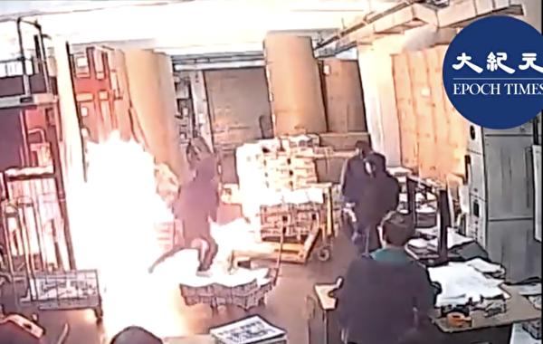 中共僱凶縱火,2019年11月19日凌晨,4個蒙面歹徒假扮成抗爭者闖入承印香港《大紀元時報》的印刷廠,縱火燒燬機器和報紙。(大紀元)