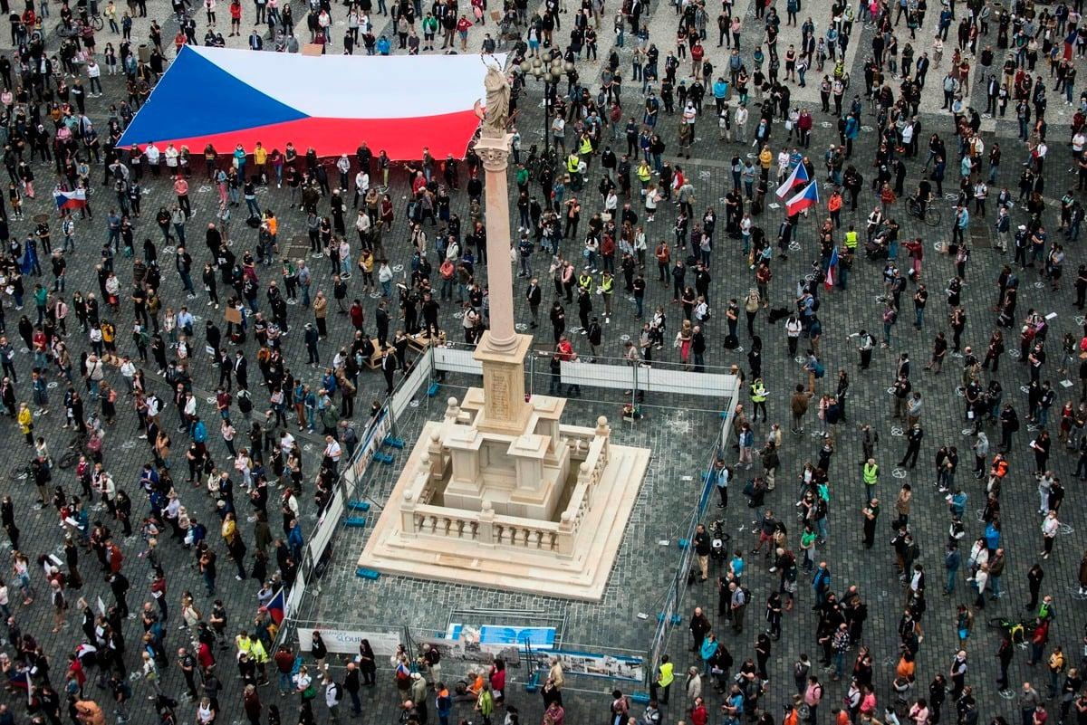 2020年6月9日,捷克首都布拉格有數千民眾上街示威,抗議政府貪腐、疫情期間過度向北京傾斜、侵害民主制度,並要求被指親共的總理巴比斯(Andrej Babiš)辭職。(Getty Images)