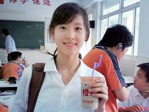2009年,章澤天因為一張手持奶茶的照片爆紅網絡,被稱為「奶茶妹妹」。(網絡圖片)