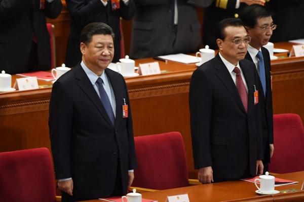 有評論認為,李克強(中)的地攤經濟遭封殺,在習李之爭的背後是王滬寧(左)在暗中放冷箭。(GREG BAKER/AFP via Getty Images)