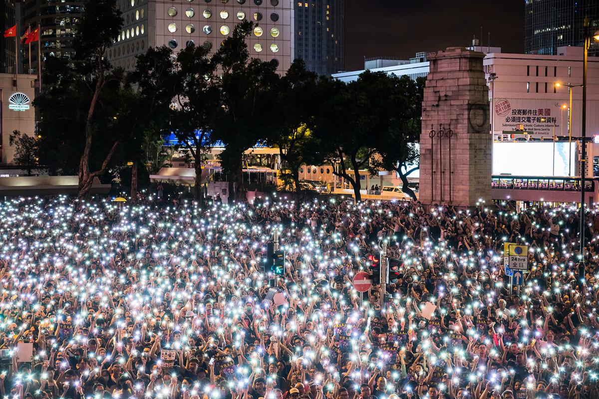 2019年8月2日晚4萬名公務員集會抗議林鄭月娥暴政,強烈要求政府認真回應市民的五大訴求。結束時,人們舉起手機,點點星光照亮遮打花園。(Getty Images)