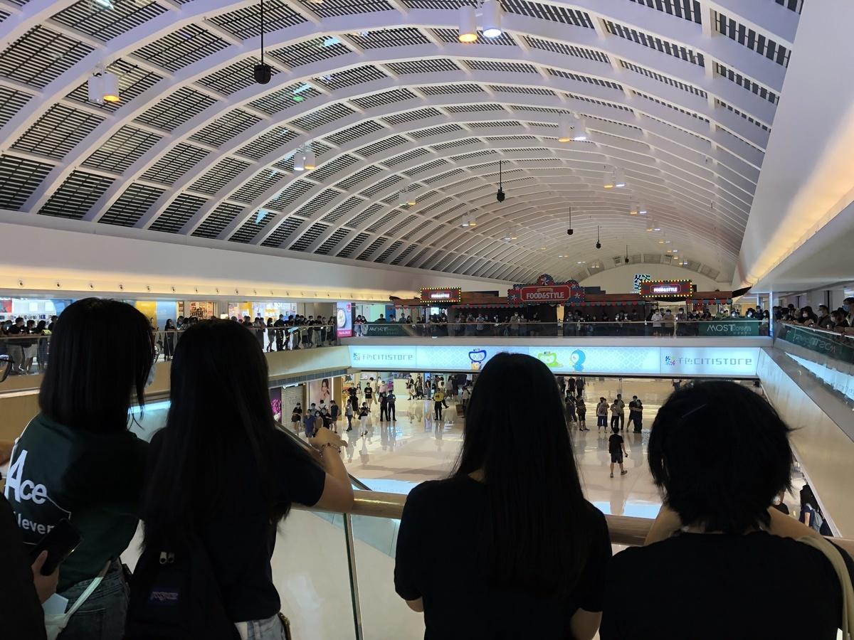 6月12日晚上8時至9時,約百名市民在馬鞍山新港城中心集會。(張曉慧/大紀元)