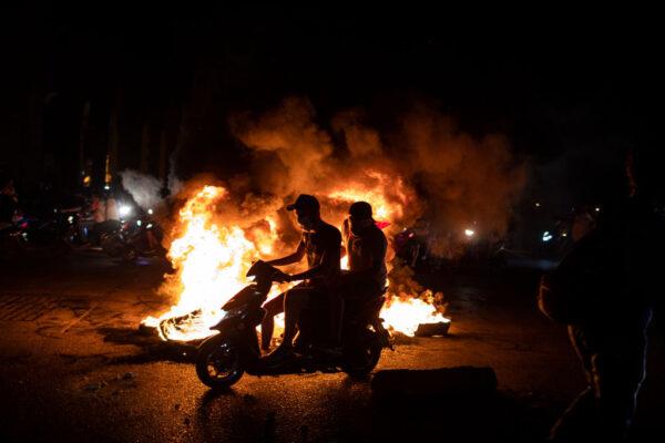 黎巴嫩首都貝魯特(Beirut)市中心,年輕人騎輕型電單車群聚,其中一些人破壞商店門面並且縱火。(Diego Ibarra Sanchez/Getty Images)