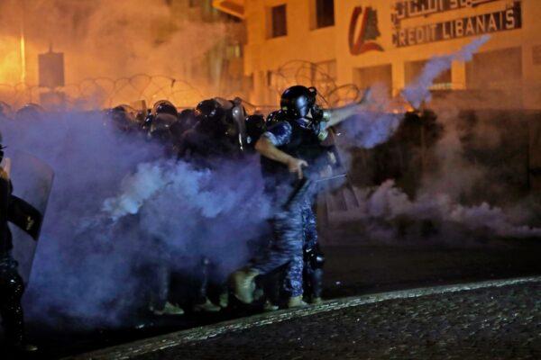 安全部隊發射催淚彈驅離抗議群眾,有些年輕人以石塊和鞭炮反擊。(ANWAR AMRO/AFP via Getty Images)