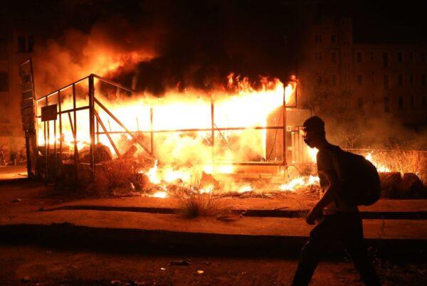 黎巴嫩首都貝魯特(Beirut)市中心,抗議民眾破壞商店門面並且縱火。(ANWAR AMRO/AFP via Getty Images)
